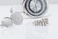 Joyería de plata con los relojes del ` s de las perlas y de las mujeres elegantes Imágenes de archivo libres de regalías