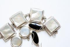Joyería de plata en blanco Fotos de archivo