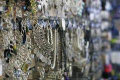 Joyería de plata en la tienda Fotos de archivo