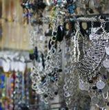 Joyería de plata en la tienda Imágenes de archivo libres de regalías