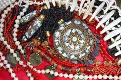 joyería del Fondo-este con el collar coralino y las perlas magníficos Fotografía de archivo