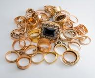 joyería del oro aislada en blanco Fotos de archivo libres de regalías