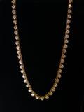 Joyería del oro blanco del collar de las piedras en un fondo negro Imagen de archivo libre de regalías