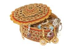 Joyería del oro en un rectángulo de madera Foto de archivo