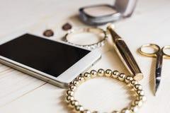 Joyería del oro, maquillaje y teléfono 2 Imagen de archivo
