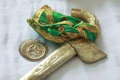 Joyería del oro usada en la muñeca Fotos de archivo libres de regalías