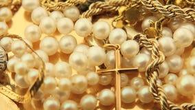 Joyería del oro y enfoque de las perlas almacen de video
