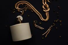 Joyería del perfume y del oro Foto de archivo