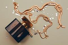 Joyería del perfume y del oro Fotos de archivo libres de regalías