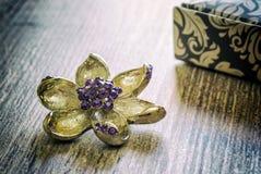 Joyería del ` s de las mujeres, flor de la broche Foto de archivo libre de regalías