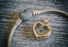 Joyería del ` s de las mujeres, pulsera y colgante - corazón Foto de archivo libre de regalías