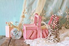 Joyería del vintage, caja de joyería de madera antigua y botella de perfume Foto de archivo libre de regalías