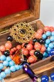 Joyería en caja de madera Foto de archivo