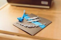 Joyería en tarjeta de la invitación Fotos de archivo