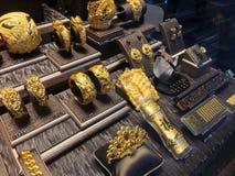Joyería en una tienda de Chow Tai Fook, Hong Kong del oro Imágenes de archivo libres de regalías