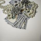 Joyería encima de cientos billetes de dólar imagen de archivo