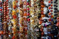 Joyería hecha de piedras naturales en una tienda de la calle imagen de archivo libre de regalías