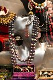 Joyería hermosa hecha de perlas y de otros materiales naturales fotos de archivo