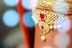 Joyería india del maquillaje de la boda para la novia con el fondo de las luces Fotografía de archivo