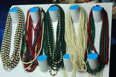 Joyería neckless de cadena que cuelga en una tienda imagen de archivo
