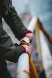 Joyería para las manos de la muchacha con un fondo borroso Foto de archivo