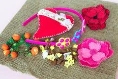 Joyería para las muchachas, las pulseras, el aro, las broches del fieltro y el corazón Imagen de archivo