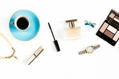 Joyería, productos de belleza, perfume, taza de té - accesorios del femenine de una mujer de la moda Fotografía de archivo