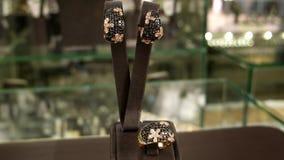 Joyería, sistema de la joyería, pendientes del oro y anillo con la descripción de las joyas del negro, colgante del anillo del pe metrajes