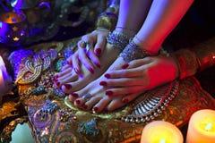 Joyería y accesorios orientales nupciales de oro: Pie femenino con Imágenes de archivo libres de regalías