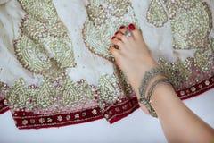 Joyería y accesorios orientales: Pie femenino con el indio de plata Imágenes de archivo libres de regalías