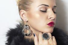 Joyería y belleza. mujer rubia hermosa. Labios del arte photo.red de la moda Fotos de archivo