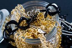 Joyería y cadenas falsas Fotos de archivo libres de regalías
