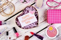Joyería y cosméticos en la madera Imagen de archivo libre de regalías