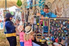 Joyería y dreamcatchers en venta en una feria que viaja fotografía de archivo