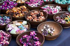 Joyería y granos de piedra coloreados encantadores. Fotos de archivo libres de regalías
