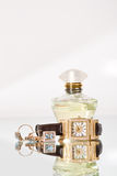 Joyería y perfume de oro fotos de archivo libres de regalías