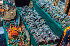 Joyería y recuerdos en una tienda en Marruecos Fotos de archivo