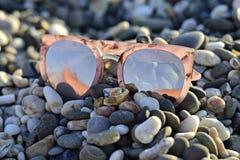 Joyería y vidrios en el verano en piedras imagen de archivo libre de regalías