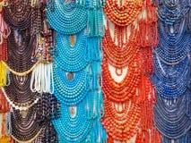 Joyerías coloreadas en una tienda egipcia Imagen de archivo