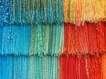 Joyerías coloreadas en una tienda egipcia Fotos de archivo libres de regalías