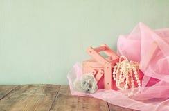 Joyero antiguo con las perlas blancas naturales en la tabla de madera imagen filtrada vintage Foco selectivo Foto de archivo libre de regalías