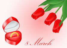 Joyero con el anillo y el ramo de oro de tulipanes rojos Fotografía de archivo libre de regalías