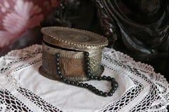 Joyero de cobre con las gotas negras en una servilleta hecha punto imagen de archivo libre de regalías