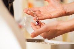 Joyero de sexo femenino que presenta la joyería Imágenes de archivo libres de regalías