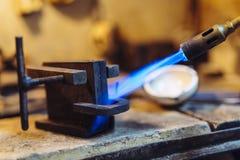 Joyero que usa tacto para calentar las herramientas de la soldadura Imagen de archivo