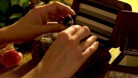 Joyero y decoraciones femeninas del tacto de las manos 4K metrajes