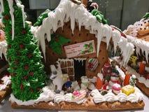 Joyeuse Noël et bonne année, peu de biscuits faits maison de maison de glaçage avec la Chambre 2 de Santa, de bonhomme de neige e Photos libres de droits