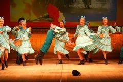 Joyeuses danses folkloriques russes de fête chorégraphie dans le style des vacances folkloriques Maslenitsa Photo libre de droits
