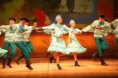 Joyeuses danses folkloriques russes de fête chorégraphie dans le style des vacances folkloriques Maslenitsa Image stock