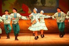 Joyeuses danses folkloriques russes de fête chorégraphie dans le style des vacances folkloriques Maslenitsa Photos libres de droits